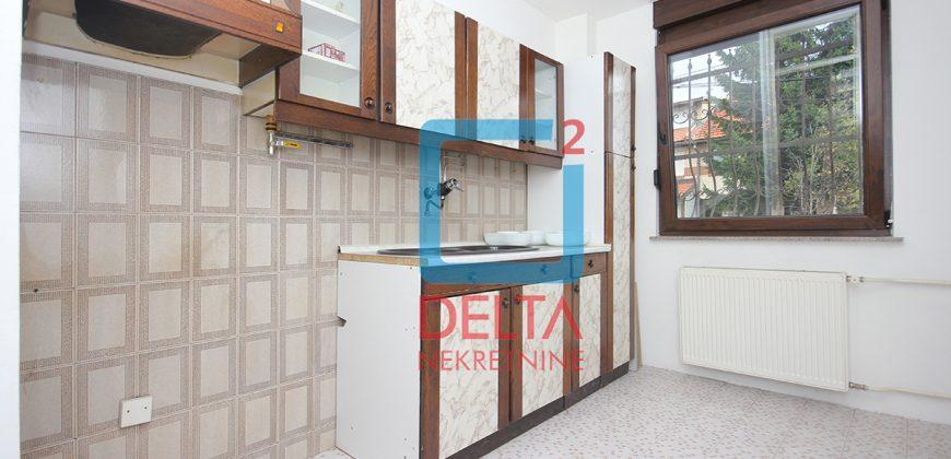 Četverosoban stan sa garažom i dvorištem, Ilidža