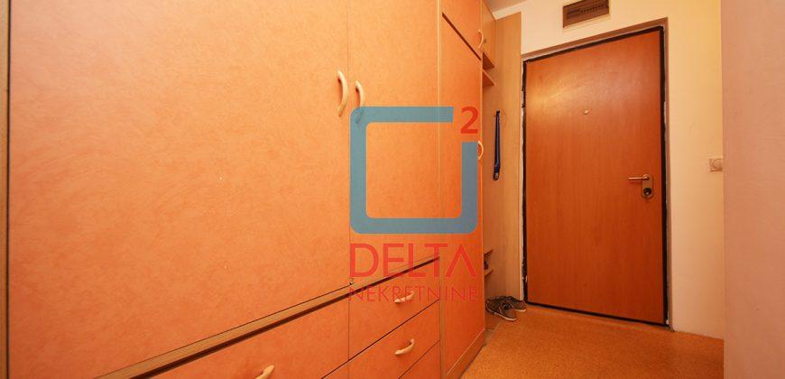 Adaptiran trosoban stan na trećem spratu, Dobrinja