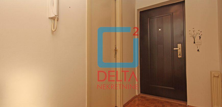 Trosoban stan u zgradi od fasadne cigle, Breka / Centar