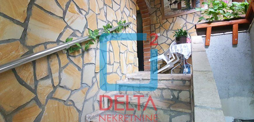 Trosoban stan na 1. spratu sa garažom, Mejtaš / Centar